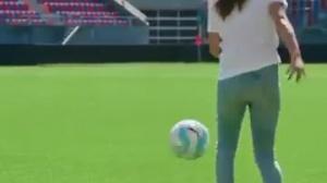 Comment ridiculiser des joueurs de foot, quand on est un femme