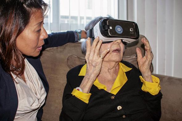 Un médecin utilise la réalité virtuelle pour soigner des patients