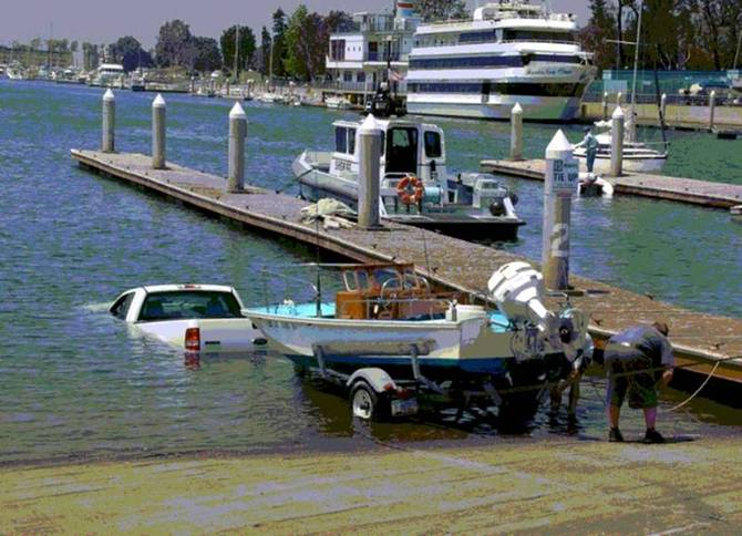 Bon ! La voiture est à l'eau, le bateau maintenant !