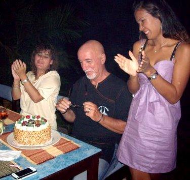 A votre avis qu'est ce qui me fait le plus plaisir ? Le gâteau, ou la jolie brune ?