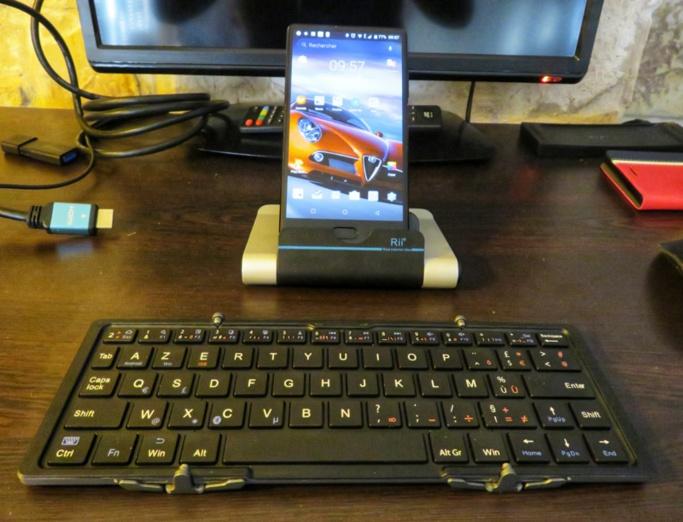 Mon Doogee sur son support et le clavier Bluetooth déplié