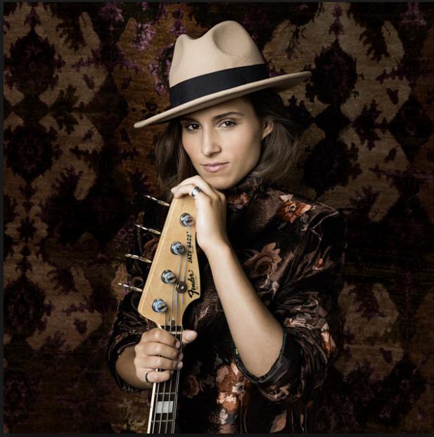 Kinga Glick : la bassiste aux millions de clics