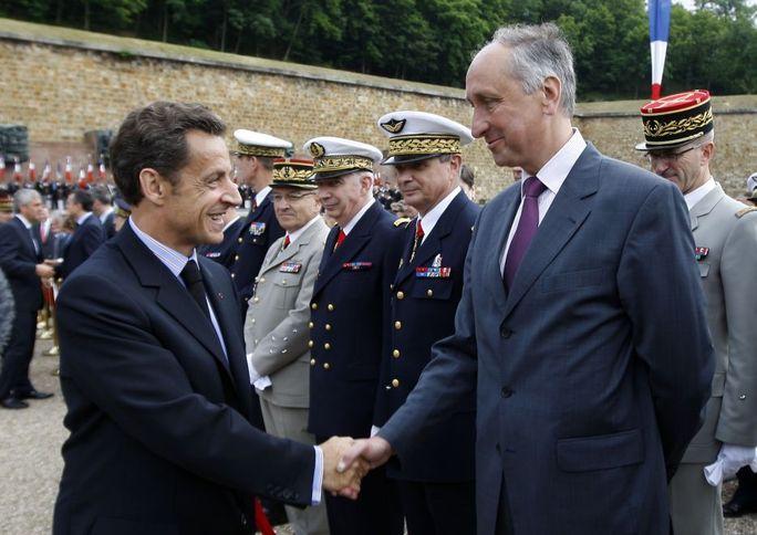 D'ordinaire Sarkozy déteste les grands. Mais celui là ... mérite bien une décoration. Vous noterez le drôle de sourire des militaires.