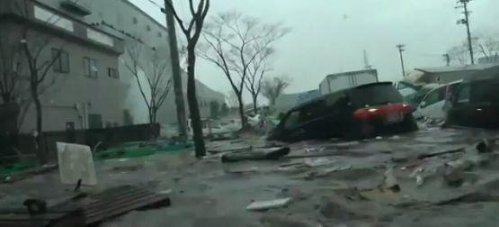 Le récent tsunami japonais vu de l'intérieur d'une voiture