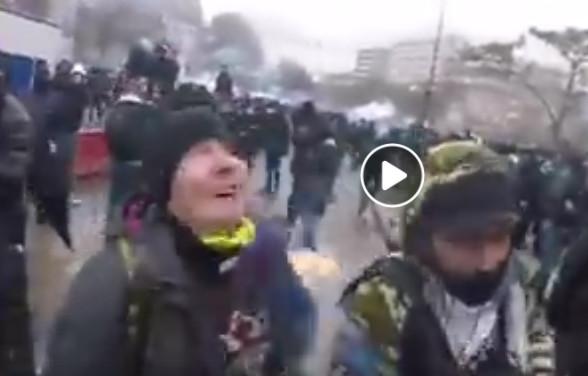 Le manifestant (col jaune) vient juste d'être touché par la grenade
