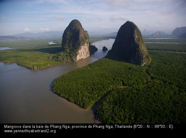 Baie de Phang Nga. Photo Arthus Bertrand, le photographe volant