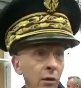 Lui, c'est un vrai préfet, mais sa casquette est hors-cadre !