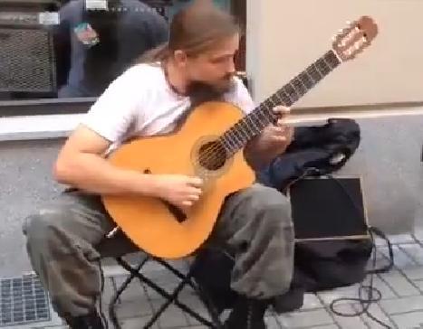 Un guitariste qui décoiffe !