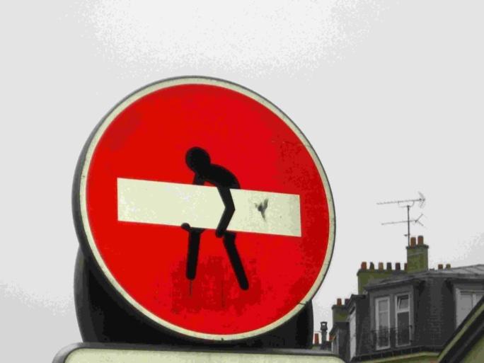Clet Abraham, l'artiste qui détourne les panneaux de signalisation