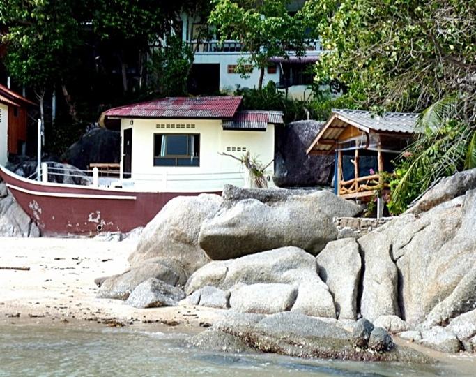 Ma nouvelle maison : un bateau sur la plage ! A droite, le restaurant