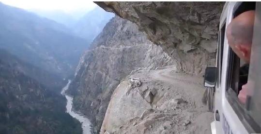 Les voyages en voiture dans l'Himalaya, c'est rock'n roll !