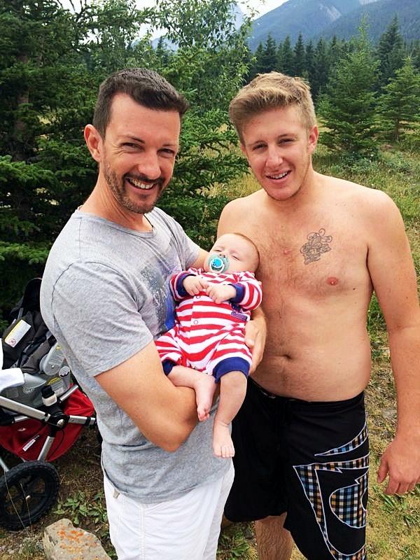 Entre son oncle et son père, tous les deux culminant à plus d'un 1.85m, Léo peut dormir tranquille. Photo prise au Canada, où travaille Vincent.
