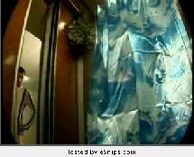 Une douche dans un ascenseur !
