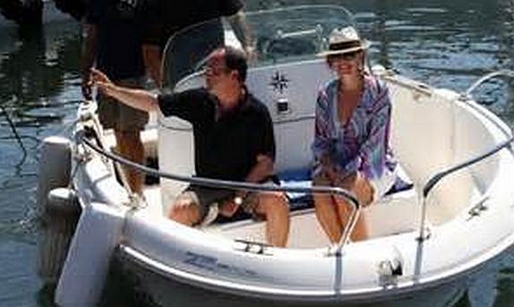 On peut dire de lui qu'il manie sa barque à coup de gaffes.