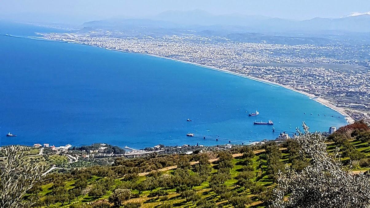 Heraklion est au fond, Ammoudara commence après les bateaux.