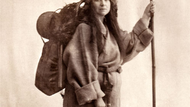 Alexandra dans sa tenue de voyage. L'Himalaya  en robe de chambre : incroyable !