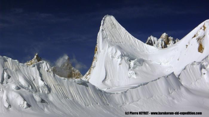 Ce ne sont pas seulement des skieurs ou snowboarders hors pair, ce sont aussi des alpinistes d'exception qui ont grimpé cette paroi verticale recouverte de glace, à 5800 m, sans masque ! Pour la descendre ensuite à skis ou snowboard !! Et des marcheurs hors du commun également car avant d'arriver là ils se sont tapés 200 km dans la haute montagne pakistanaise dont la partie la plus difficile sans porteurs !