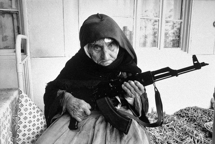 Une arménienne de 106 ans garde sa maison, en 1990