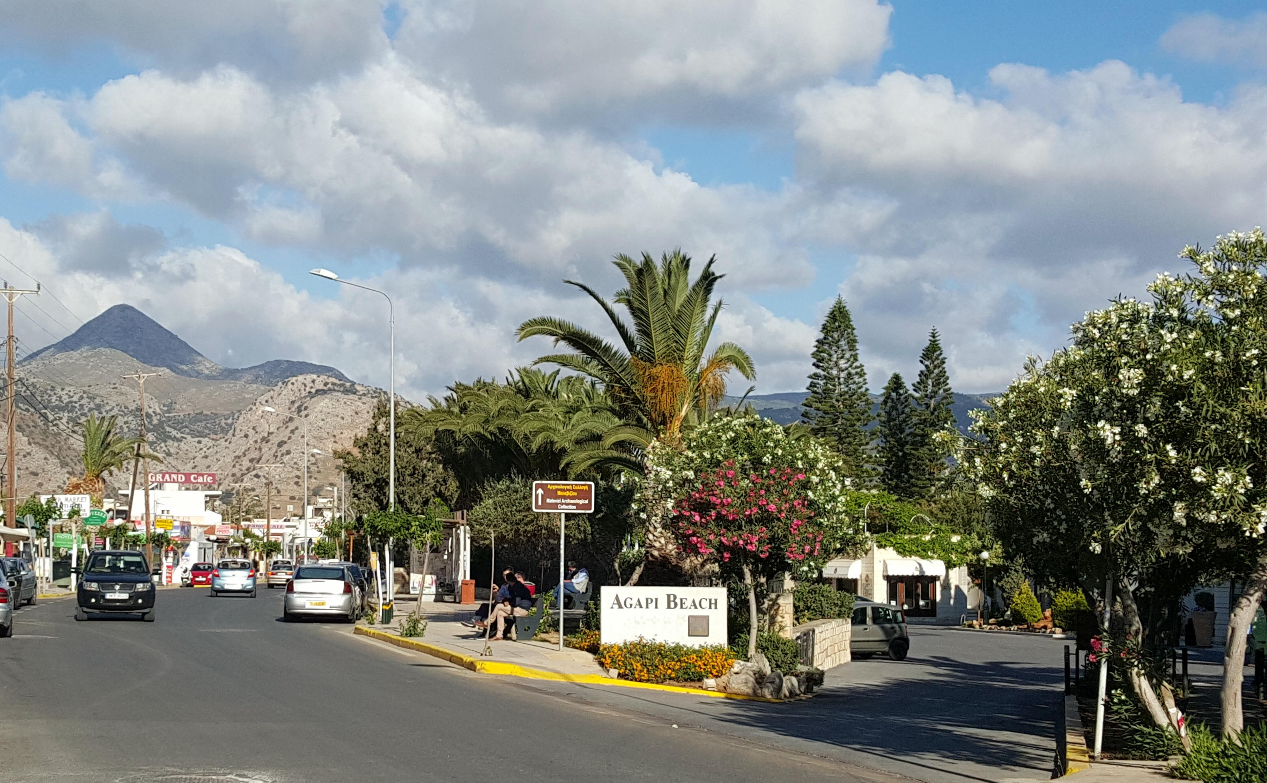 La rue principale d'Amoudara, banlieue balnéaire d'Héraklion où je réside actuellement