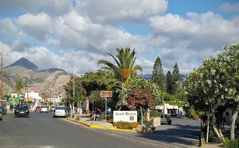 Ammoudara, la rue principale. La mer est à droite et la montagne au fond. Ce jour là, il y avait des nuages. C'est rare !